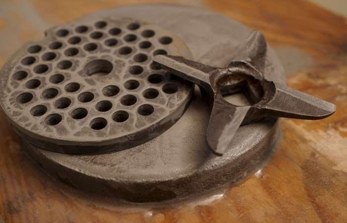 Уход за ножом и решетками электрической мясорубки