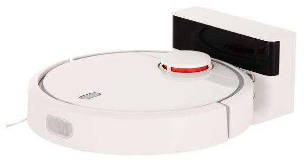 Робот-пылесос Xiaomi Mi Robot Vacuum Cleaner заряжается на базе